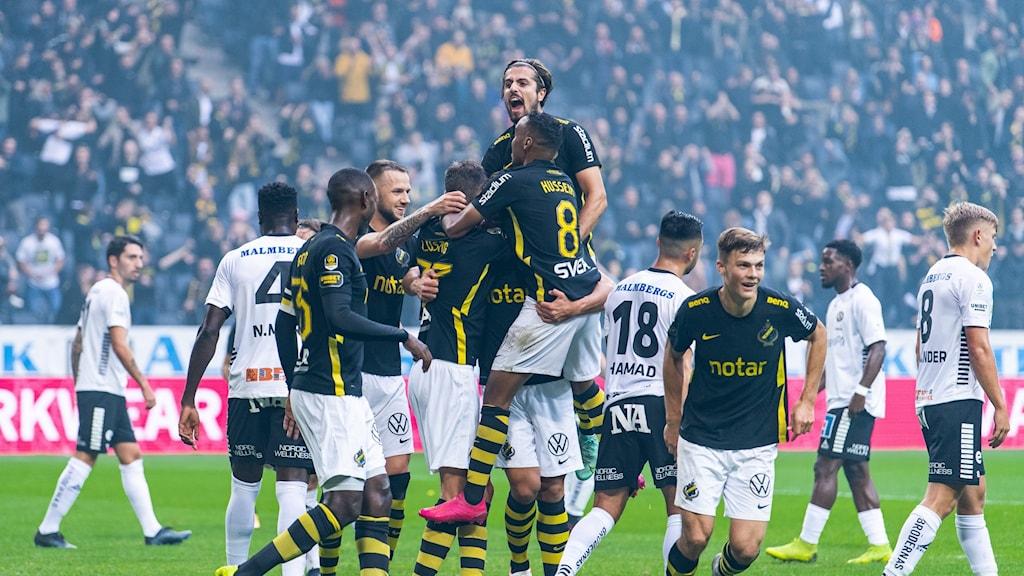 AIK firar ett mål hemma mot Örebro.