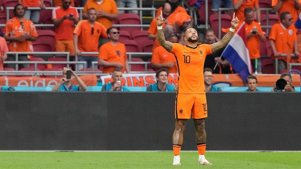 Memphis Depay firar efter att ha gjort 1-0 på straff.