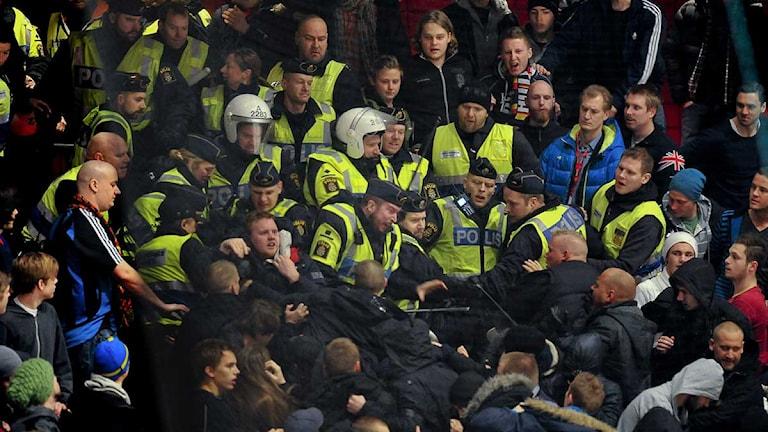 STOCKHOLM 20120126 : Ishockeyderbyt mellan AIK och Djurgården, som skulle ha startat klockan 19.00, har skjutits upp på grund av oroligheter i Globen. Redan innan de båda lagens spelare var inne på isen var det bråk i Djurgårdens klack. Spelarna kom sedan in, men efter en kort stund på isen återvände man till omklädningsrummen i väntan på att det blir ordning i Globen. Foto Jonas Ekströmer / SCANPIX