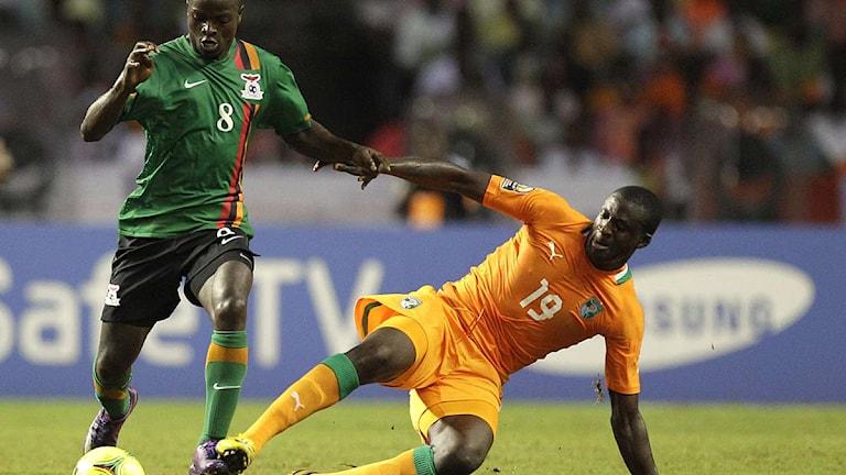 Zambias Isaac Chansa dribblar förbi Elfenbenskustens Yaya Toure. Foto: Themba Hadebe/Scanpix.