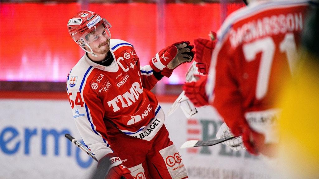 210419 Timrås Jonathan Dahlén  jublar efter 5-0 under match två av Hockeyallsvenska finalen mellan Timrå och Björklöven den 19 april 2021 i Timrå.  Foto: Pär Olert / BILDBYRÅN