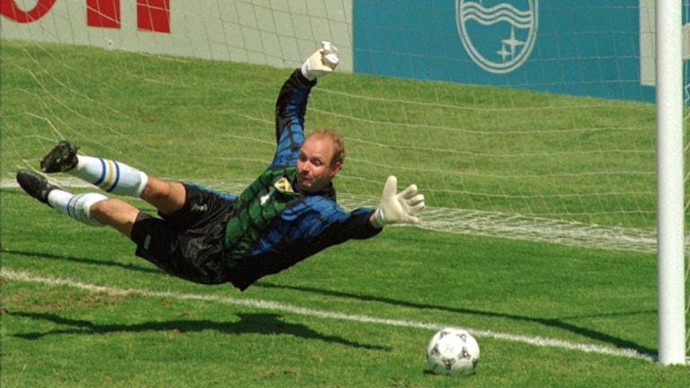 Arkivfoto: VM 1994 Thomas Ravelli räddar straff mot Rumänien. Foto: Eric Risberg/Scanpix