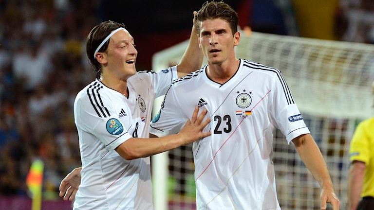 Tysklands Mesut Oezil och Mario Gomez firar Gomez mål. Foto: Geert Vanden Wijngaert/Scanpix