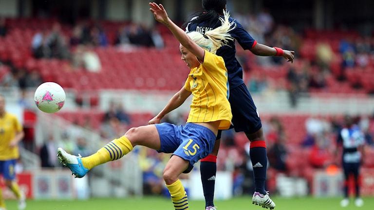 Fotbollsspelaren Caroline Seger i kamp med Stortbritanniens Ifeoma Dieke i en träningsmatch. Foto: Scott Heppell/Scanpix