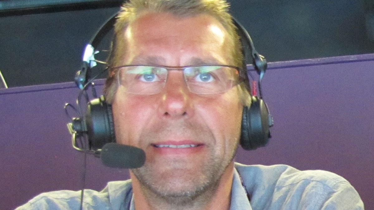 Radiosportens handbollskommentator Magnus Wislander på plats i Copper Box (handbollsarenan i London 2012). Foto: Martin Sundelius/Sveriges Radio.