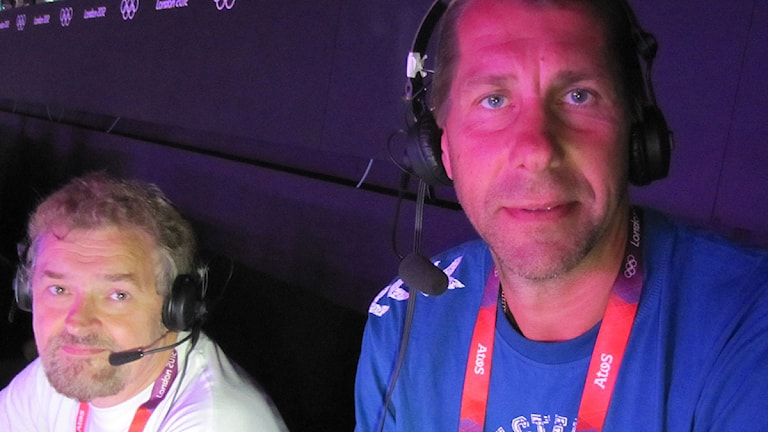 Radiosportens handbollskommentatorer Paul Zyra och Magnus Wislander på kommentatorsplats under OS i London. Foto: Martin Sundelius/Sveriges Radio.