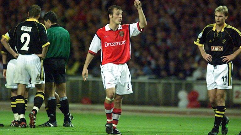 Arkivfoto 1999: Champions League Arsenal-AIK Fredrik Ljungberg (Arsenal) jublar efter sitt mål. Till vänster AIK:s Anderas Andersson (AIK). Foto: Lars Pehrson/Scanpix