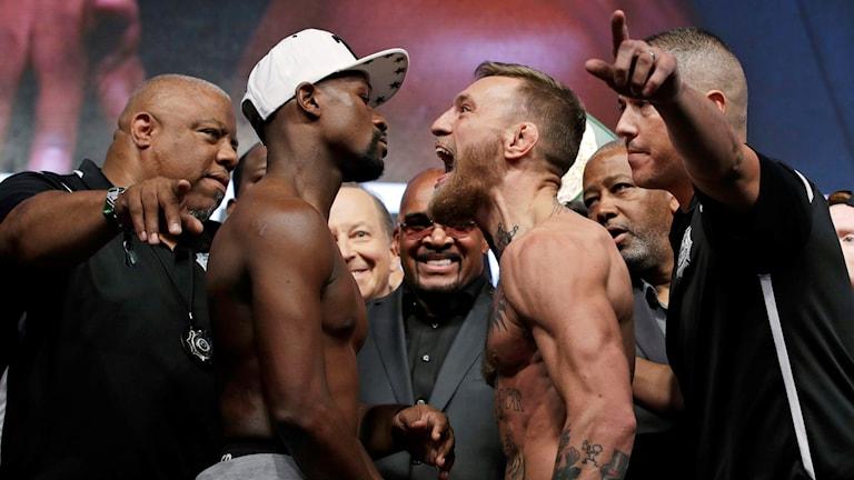 Boxningslegendaren Floyd Mayweather och MMA-fajtern Conor McGregor gick näsa mot näsa på invägningen i Las Vegas.