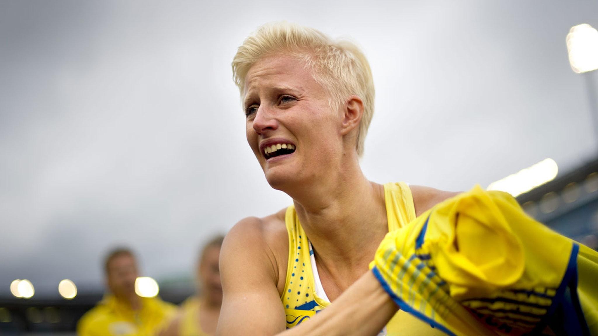 En rörd Carolina Klüft hyllas av lagkamrater och publik sedan hon gjort sin sista internationella tävling på tredejsträckan av 4x400-stafetten under Finnkampen