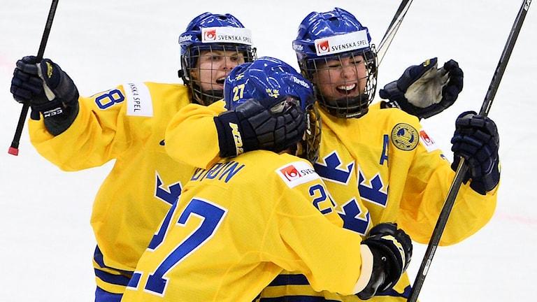 Ishockeyspelarnas  Erika Grahm, Emma Nordin och Anna Borgqvist jublar