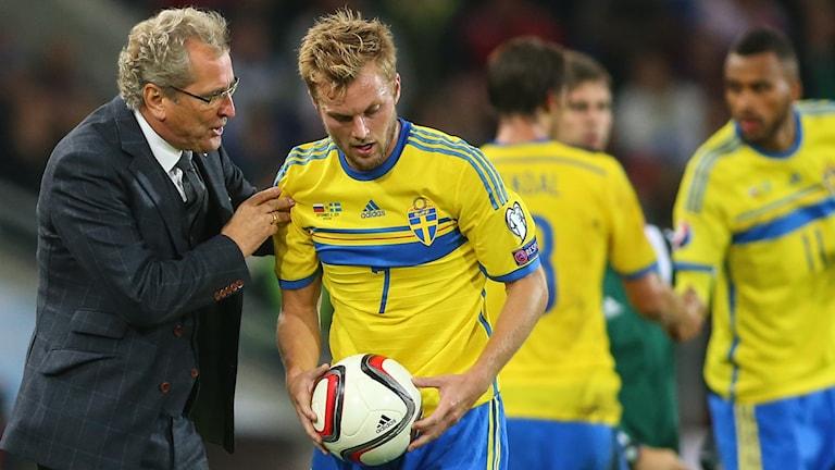 Sebastian Larsson får instruktioner av Erik Hamrén