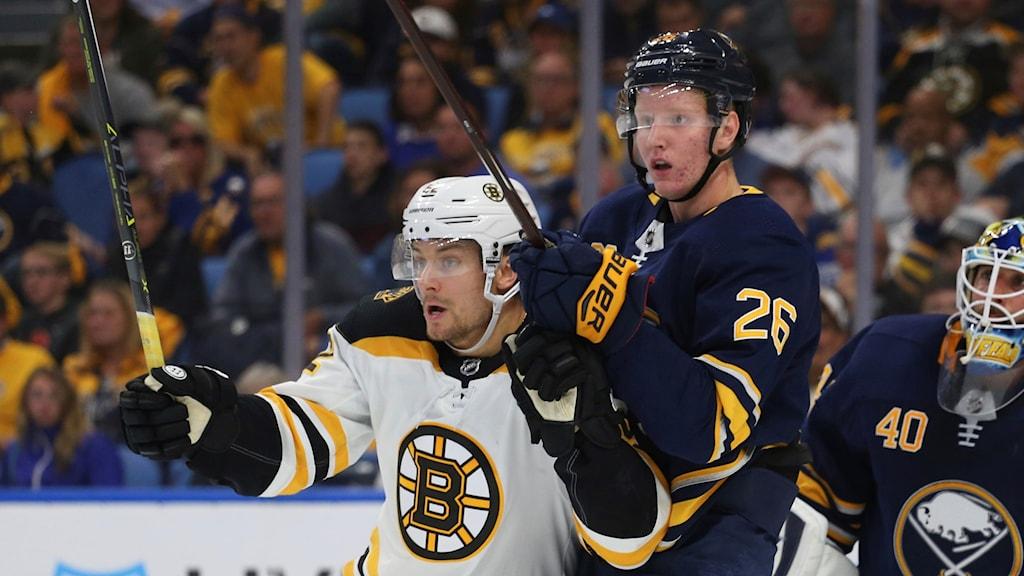 Rasmus Dahlin i duell i sin NHL-debut