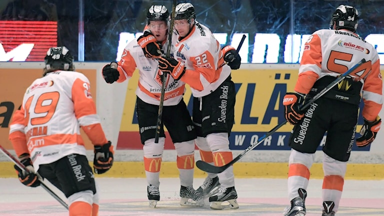 Karlskronas Joel Kellman (17) klappas om av Alexander Bergström (22) efter 0-2 under onsdagens SHL-match i ishockey mellan Djurgårdens IF och Karlskrona HK på Hovet i Stockholm