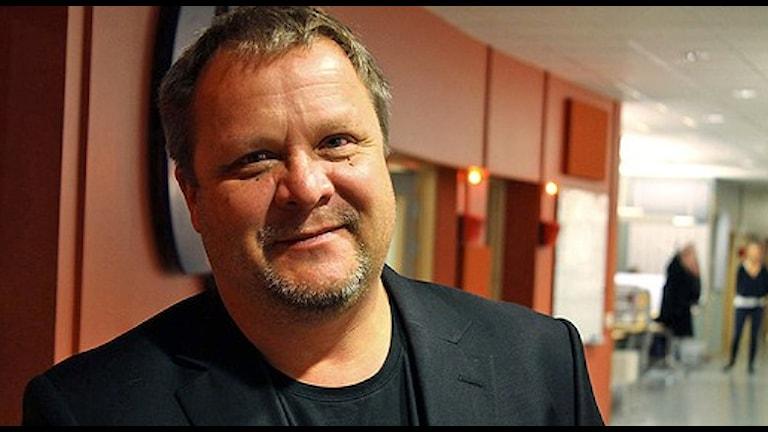Roar Hansen, står i en korridor med röda väggar. Han är tränare för HIF.