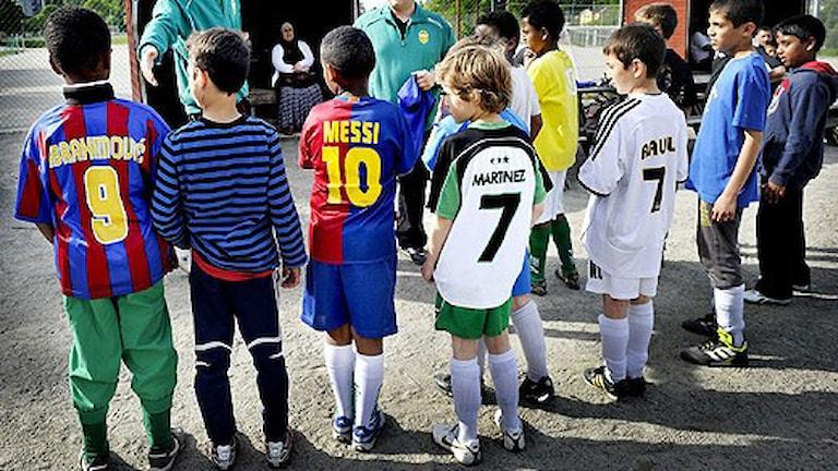 Barn, fotbollströjor. Arkivfoto: Tomas Oneborg/Scanpix.