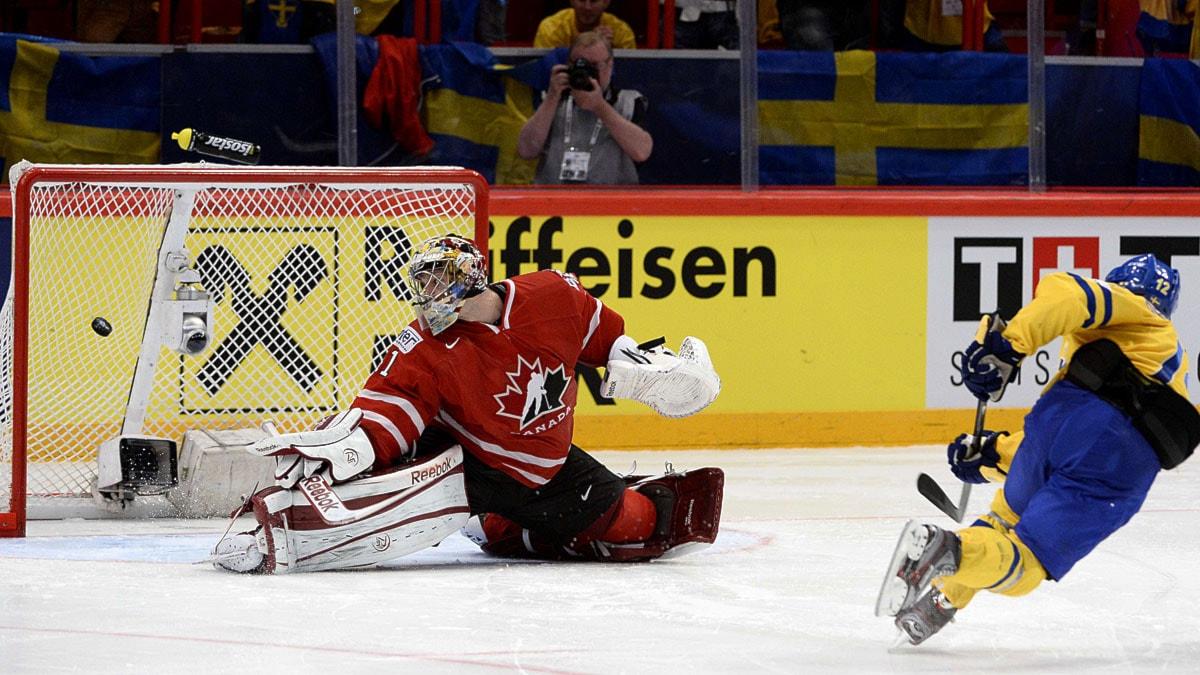 20130516 Fredrik Pettersson sätter den avgörande straffen mot Kanada i VM-kvartsfinalen. Foto: Jonathan Nackstrand/Scanpix.