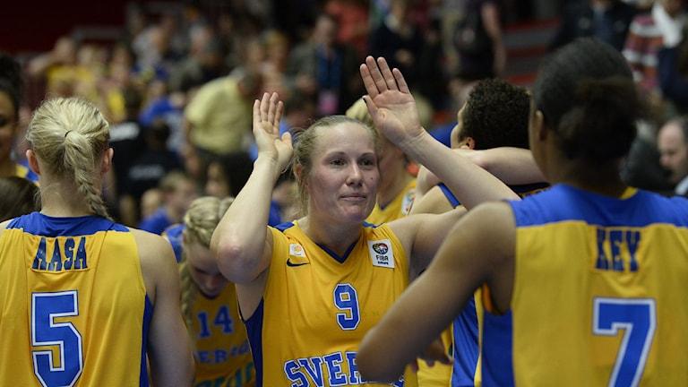 Elin Eldebrink och Ashley Key gör en high five efter segern 75-72 i matchen Sverige mot Slovakien.