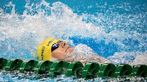Kvinna simmar på rygg.