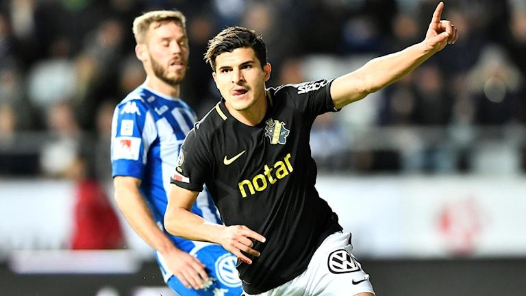 AIK:s Tarik Elyounoussi jublar efter sitt 0-1 mål medans IFK:s Emil Samuelsson deppar i bakgrunden under torsdagens fotbollsmatch i allsvenskan mellan IFK Göteborg och AIK på Gamla Ullevi.