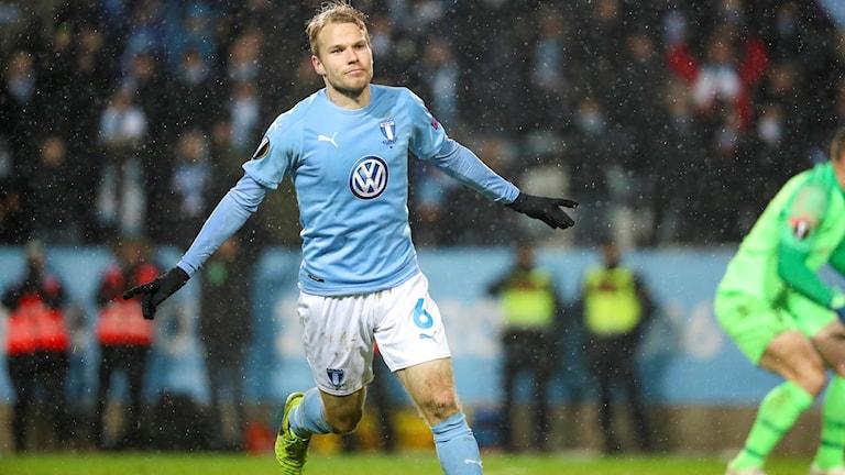 Malmös Oscar Lewicki firar att han reducerat till 1-2 under torsdagens fotbollsmatch i Europa League (grupp l) mellan Malmö FF och KRC Genk på Malmö Stadion.