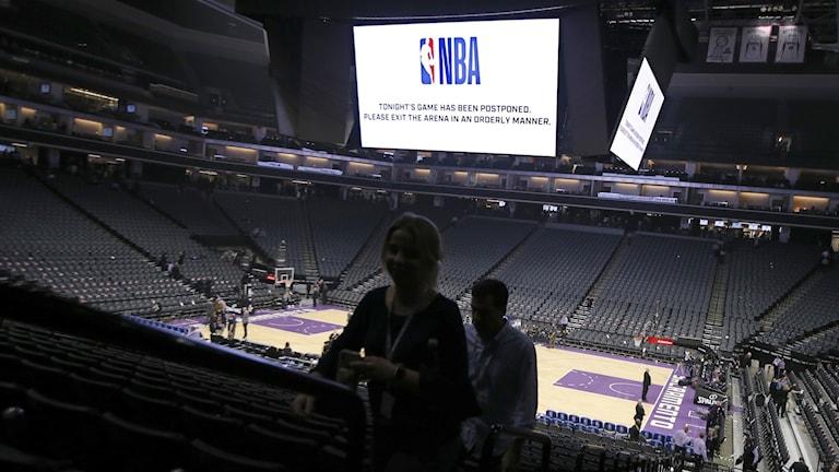 20200311 Fans lämnar Golden 1 Center efter att matchen mellan New Orleans Pelicans och Sacramento Kings ställdes in. Foto: Rich Pedroncelli/AP