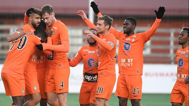Kramkalas efter att Athletics Omar Eddhari gjort 2-0 under lördagens match i superettan mellan Athletic FC Uniited och Åtvidaberg på Skytteholms IP.