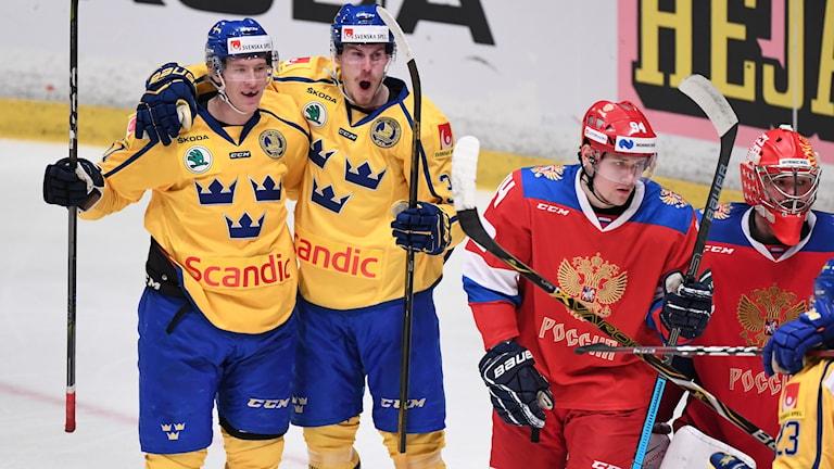 Sveriges Emil Larsson grattas efter 2-0 under lördagens ishockeymatch i Beijer Hockey Games mellan Sverige och Ryssland på Hovet.