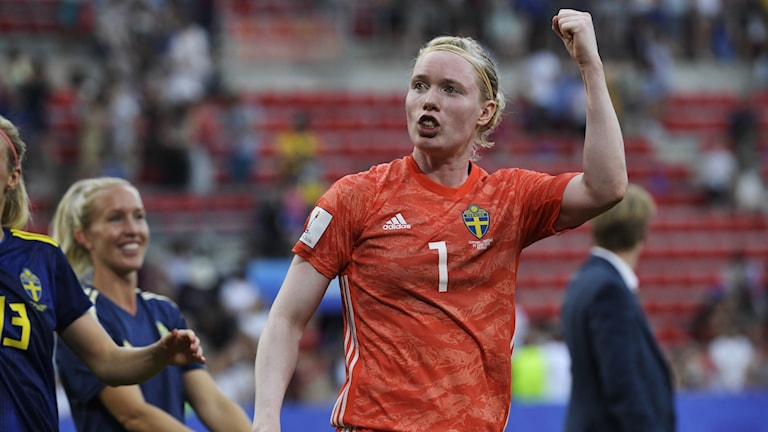 Hedvig Lindahl jublar efter segern i VM-kvartsfinalen mellan Tyskland och Sverige 2019.