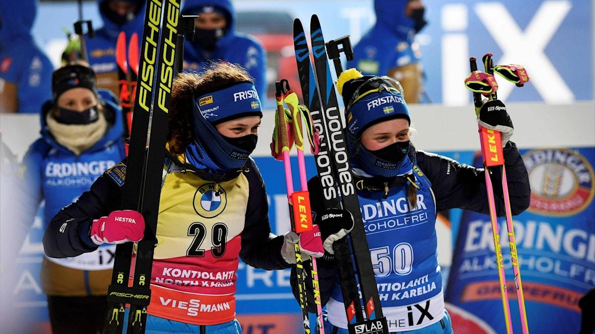 Hanna Öberg Elvira Öberg på prispallen. Foto: ANTTI AIMO-KOIVISTO/AFP
