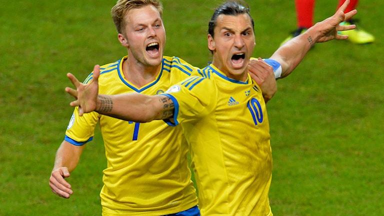 Stockholm 20141011 : Zlatan Ibrahimovic jublar med Sebastian Larsson efter 2-1 i fredagens VM-kval mellan Sverige och Österrike på Friends Arena. Foto: Jonas Ekströmer / TT.