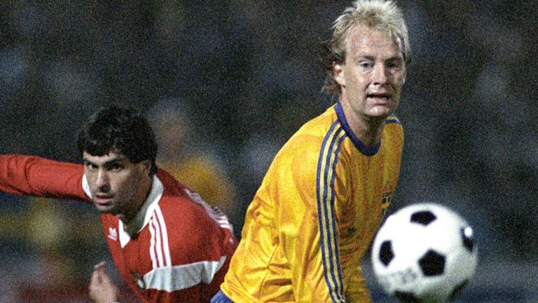 1987-09-23 Sveriges Mats Magnusson i kamp om bollen med en portugis i EM-kvalmatchen i fotboll mellan Sverige och Portugal på Råsunda Fotbollsstadion 23:e september 1987. Portugal vann med 1-0. Foto: Lars Hedberg / TT