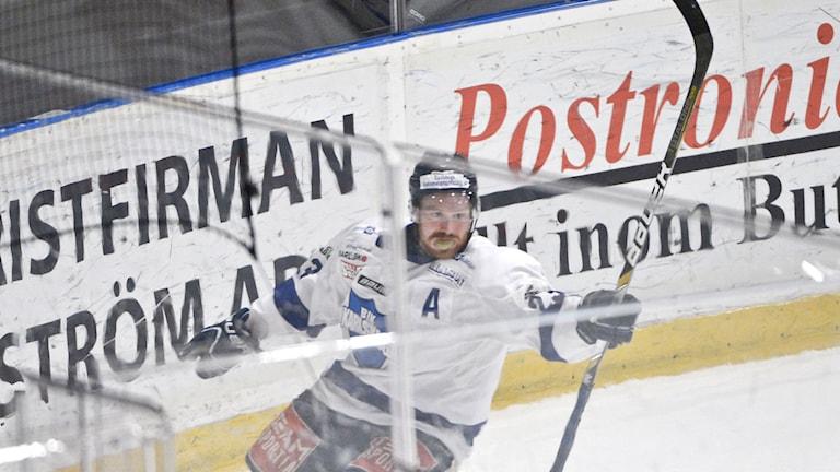 Karlskogas Fredrik Höggren jublar sedan han gjort 2-4 under fredagens playoff mellan Djurgårdens IF och BIK Karlskoga i kvalet til kvalserien på Hovet i Stockholm på fredagen.