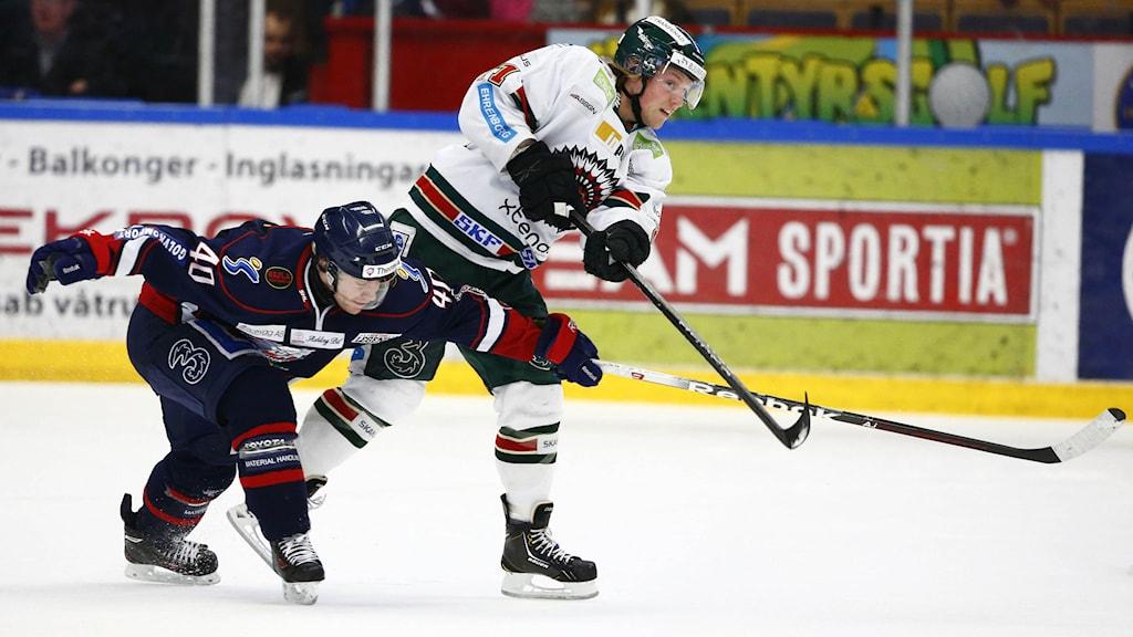 LINKÖPING 20140131 Frölundas Mathis Olimb i kamp med LHC:s Pär Arlbrandt under fredagens SHL-match i ishockey mellan Linköpings HC och Frölunda HC i Cloetta Center i Linköping. Foto: Stefan Jerrevång / TT