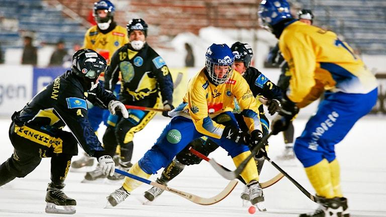 IRKUTSK 20140201 Erik Pettersson lurar motståndarförsvaret när Sverige mötte Kazakstan i bandy VM:s andra semifinal i Irkutsk, Ryssland. Foto: Sören Andersson / TT