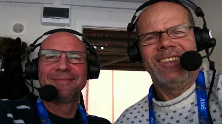 """Radiosportens skidkommentatorer Torgny Mogren (t.v.) och Dag Malmqvist tar en glad """"selfie"""" efter Charlotte Kallas OS-silver i skiathlon i Sotji 2014. Foto: Dag Malmqvist/Sveriges Radio."""