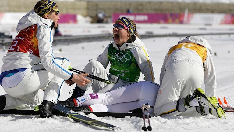 Det svenska damstafettlaget pustar ut och jublar efter OS-guldet. Foto: TT.