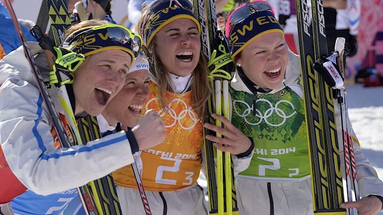 Ida Ingemarsdotter, Charlotte Kalla, Anna Haag och Emma Vikén jublar efter OS-guldet. Foto: TT.