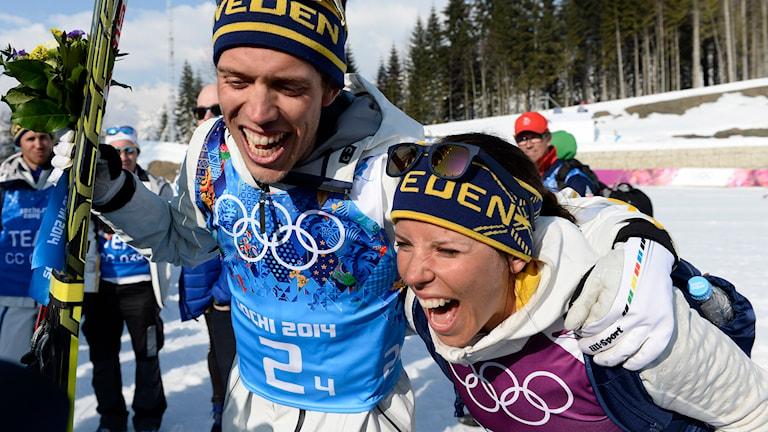 Marcus Hellner och Charlotte Kalla jublar efter stafettgulden i OS. Foto: Foto: Tobias Röstlund/TT.