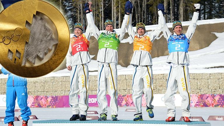 Herrstafettlaget överst på pallen i Sotji-OS med infälld guldmedalj. Foto: TT. Montage: Sveriges Radio.