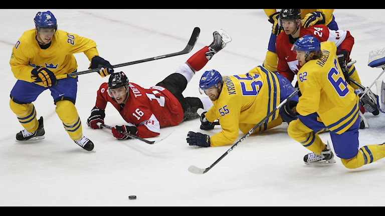 Alexender Steen of Sweden (20), Ryan Getzlaf of Canada (15), Niklas Kronwall of Sweden (55), Loui Eriksson of Sweden (21), Corey Perry of Canada (24) and Carl Hagelin of Sweden (62) chase a loose puck during the first period of the men's gold medal ice hockey game at the 2014 Winter Olympics, Sunday, Feb. 23, 2014, in Sochi, Russia. AP Photo/Petr David Josek