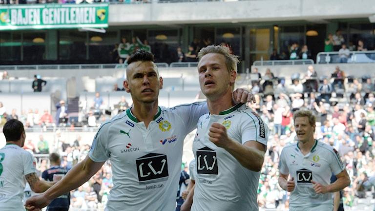 20160529 Hammarbys Alex och Erik Israelsson jublar efter mål mot Gefle. Foto: Jonas Ekströmer/TT