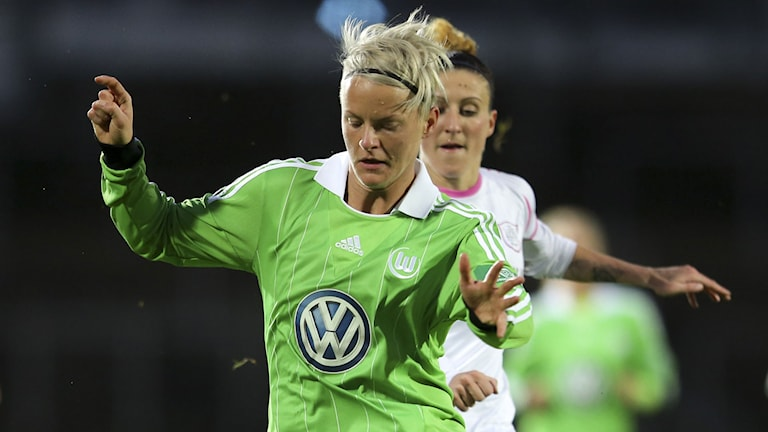 MALMÖ 2013-11-09 : Wolfsburgs Nilla Fischer jagas av LdB:s Anja Mittag i åttondelsfinalen i Champions League mellan LDB Malmö och VFL Wolfsburg på lördagen på Malmö Stadion. Foto: Andreas Hillergren / TT