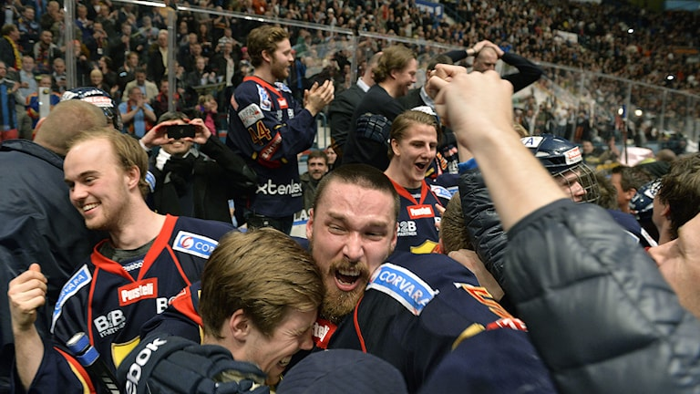 STOCKHOLM 20140407 Djurgården jublar efter att ha besegrat Västerås och tagit den sista platsen till SHL när lagen möttes i den avgörande SHL-kvalmatchen på måndagen. Foto: Anders Wiklund / TT.