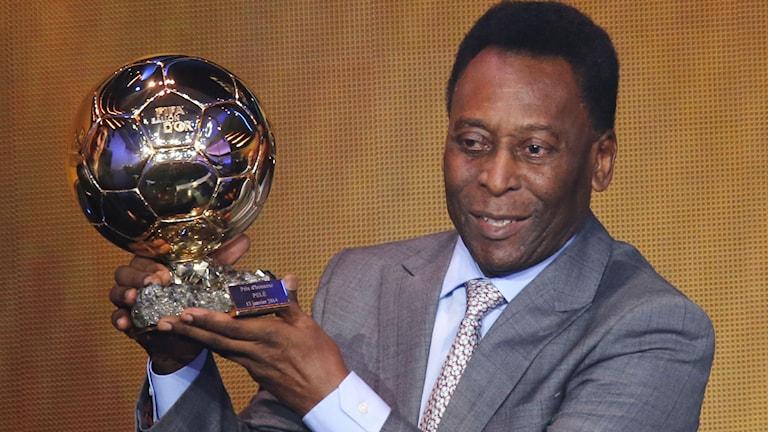 2013. Pelé får pris under Ballon d´or-galan. Foto: Michael Probst/TT