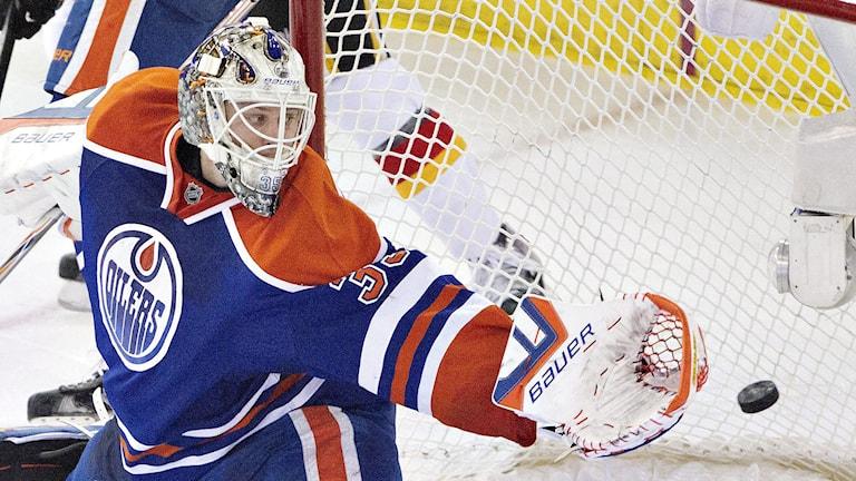 Edmontons målvakt Viktir Fatsh gör en räddning mot Calgary Flames den 22 mars 2014. Foto: TT