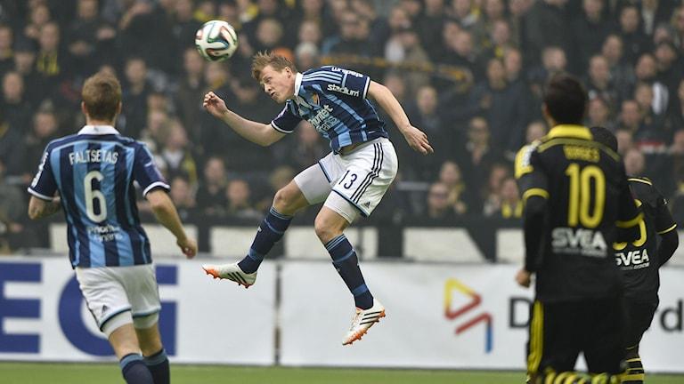 2014, Emil Bergström nickar undan en boll. Foto: TT