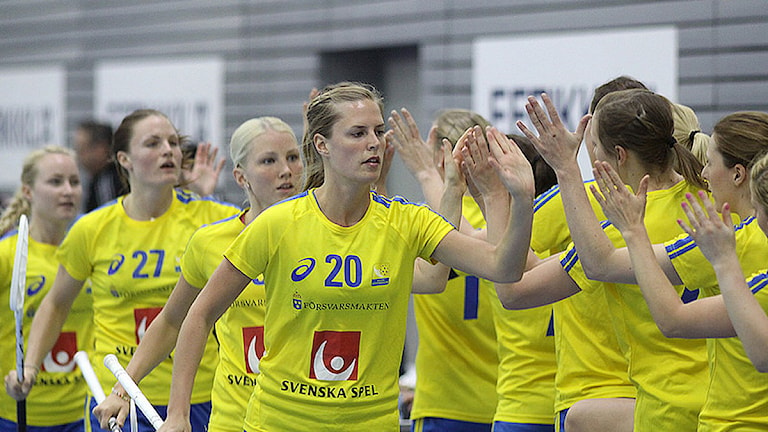 2014 Innebandylandslaget  Amanda Larsson, bakom henne Anna Wijk. Foto: Mika Hilska