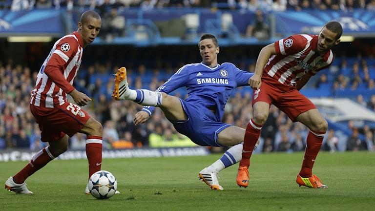 20140430 Chelseas Fernando Torres mot Atleticos Miranda och Mario Suarez under Champions League-semifinalen på Stamford Bridge. Foto: Kirsty Wigglesworth/TT
