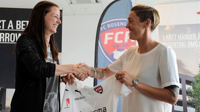 Lotta Schelin och Rosengårds sportchef Therese Sjögran.