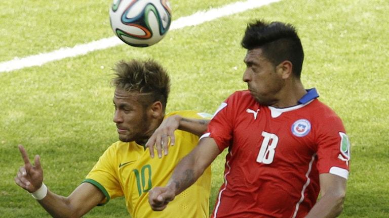Neymar (t.v.) och Gonzalo Jara. Foto: Hassan Ammar/TT.